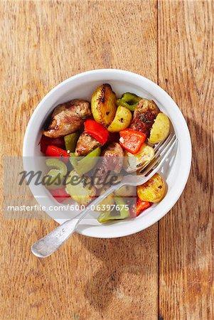 Obenliegende Ansicht Wurst mit Kartoffeln und Paprika in einer Schüssel mit der Gabel