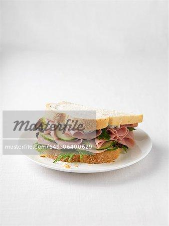 Sandwich jambon et concombre sur plaque