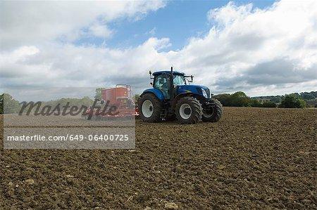 Tracteur travaillant dans le domaine de la culture