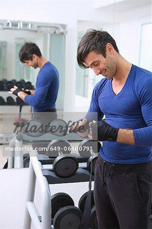 Boxer enveloppant de ses mains dans la salle de gym
