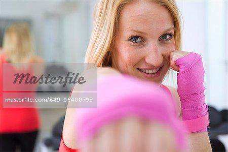 Boxer brandissant le poing dans le gymnase