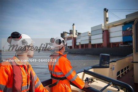 Travailleurs sur le remorqueur bateau avec vue sur le navire