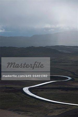 Bien roulée route pavée dans le paysage rural