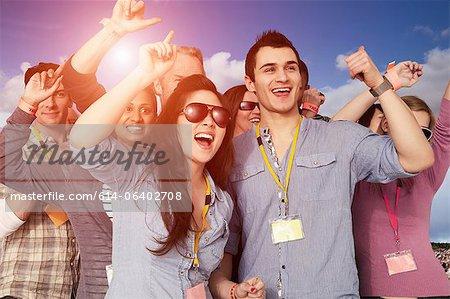 Menschen jubeln auf einem Musikfestival