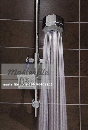 Dusche mit Timer und läuft Wasser