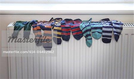 Chaussettes de séchage sur le radiateur