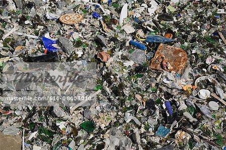 Éclats de verre et autres débris sur le site de gestion des déchets