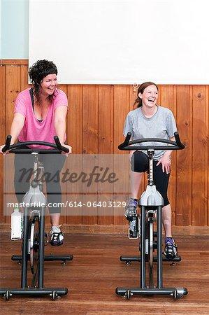 Deux femmes sur les vélos d'intérieur