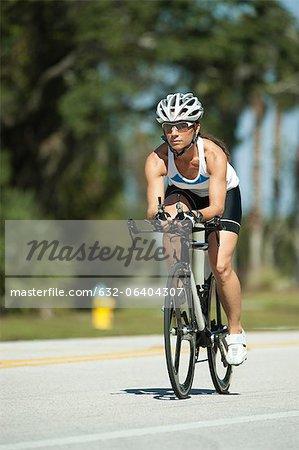 Cycliste sur route féminine