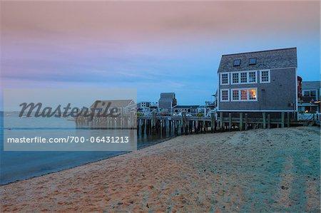 Groupe de maisons le long de la plage rivage, Provincetown, Cape Cod, Massachusetts, USA