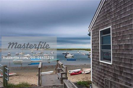 Maison en bord de mer et de bateaux dans le port de plaisance avec des nuages d'orage Overhead, Pamet Harbor, Truro, Cape Cod, Massachusetts, USA