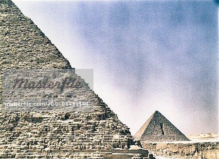 La pyramide de Mykérinos à Distance avec la pyramide de Khéphren en avant-plan, Giza, Égypte