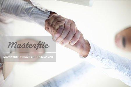 Gros plan des hommes d'affaires lui serrer la main