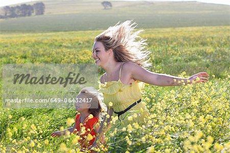 Sœurs dans le champ de fleurs