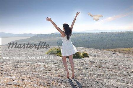 Femme jouant sur une formation rocheuse