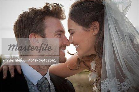Frisch verheirateten Paar Nasen berühren