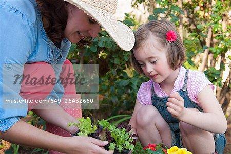 Mutter und Tochter zusammen Gartenarbeit