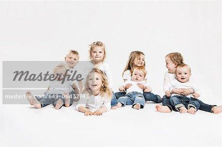 Sourire d'enfants posant ensemble