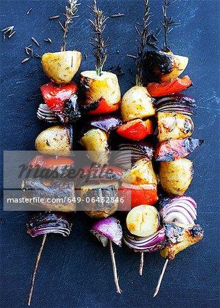 Griller les brochettes de légumes romarin