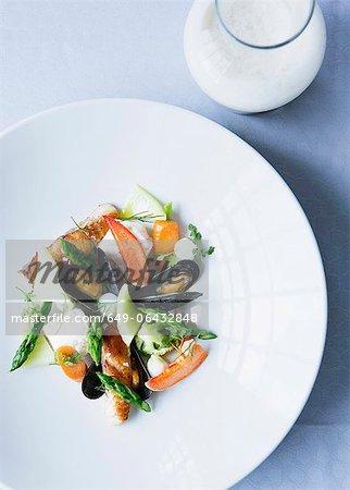 Teller mit Muscheln mit Salat