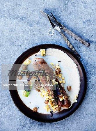 Teller mit Wurst und Mais