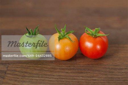 Verschiedenen farbigen Tomaten auf Tisch
