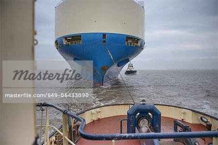 Schlepper ziehen Schiff zum Hafen