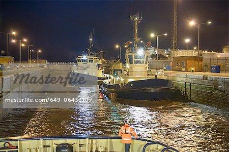 Remorqueurs amarré dans le port de nuit
