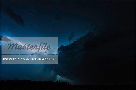 Nuages d'éclairage sur un paysage rural