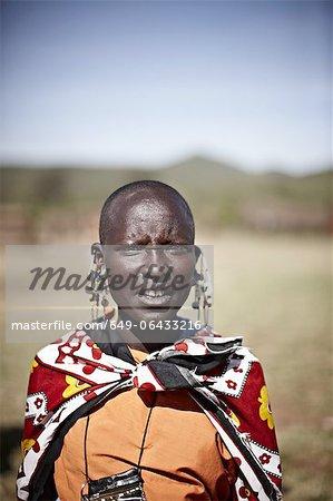 Femme Massaï, debout à l'extérieur
