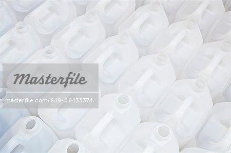Gros plan de cartouches en plastique blancs vides