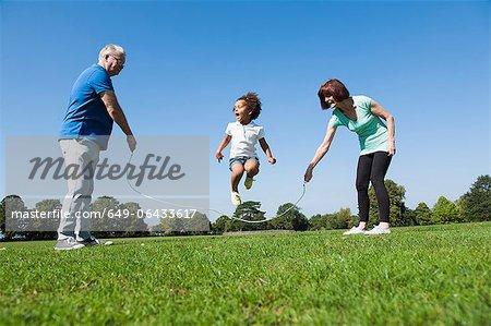Vieux couple jouant avec petite fille