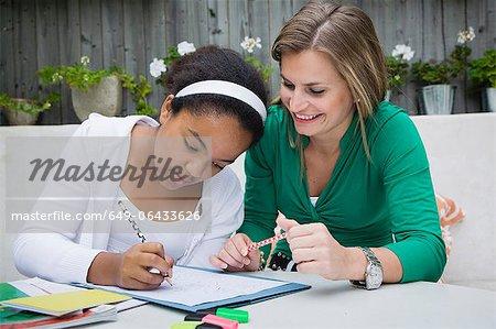Schüler arbeiten mit Lehrer im freien