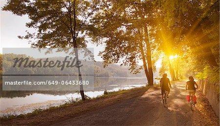 Deux vélos d'équitation de la berge de la rivière
