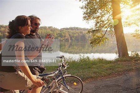 Paar Fahrrädern vom Ufer