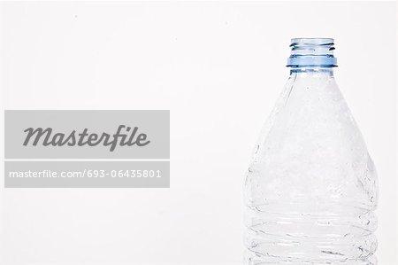 Vue rapprochée d'une bouteille en plastique vide sur fond blanc