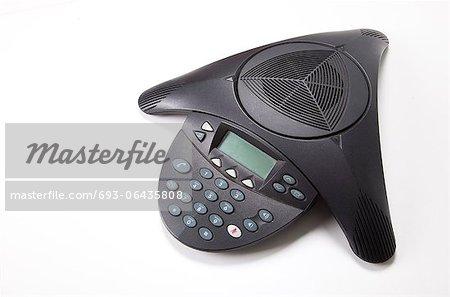 Téléphone de conférence sur fond blanc