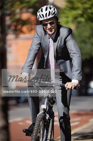 Portrait de vélo heureux jeune entrepreneur