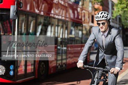 Vélo jeune entrepreneur en bus sur la rue