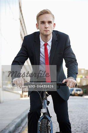 Vélo jeune entrepreneur dans la rue
