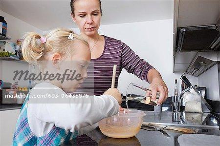 Mère et fille de cuisine dans la cuisine