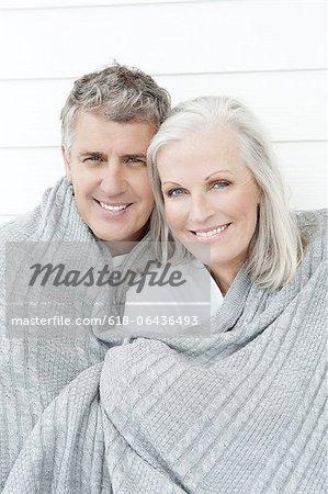 Altes Paar In Decke gewickelt