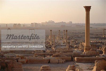 Piliers au ruines de crépuscule Palmyra, Syrie