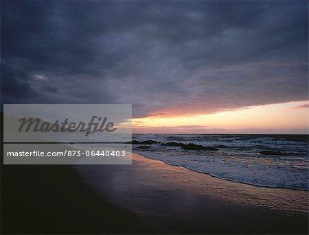 Coucher du soleil et nuages au dessus de la plage Sedgefield, Buffels Bay Afrique du Sud