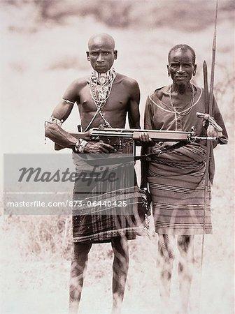 Portrait de deux hommes de Masai tenant des armes en plein air, Kenya