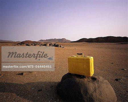 Valise sur le rocher dans le paysage aride, zone Brandberg Namibie, Afrique