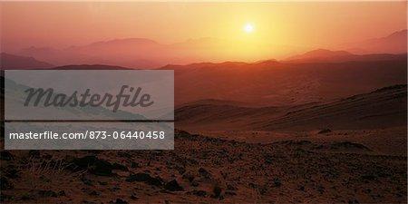 Coucher de soleil sur la rivière Kunene paysage aride, Namibie, Afrique