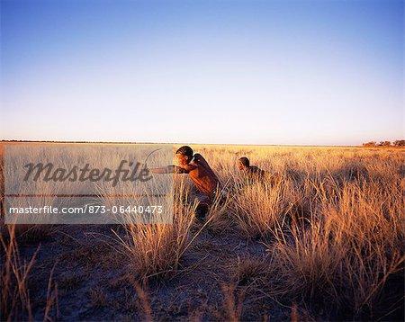 Bushmen chasse en Namibie de terrain herbeux, Afrique