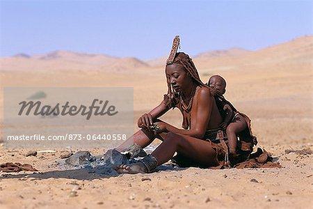 Femme Himba et enfant assis près de feu Namibie, Afrique
