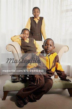 Enfants en uniformes scolaires